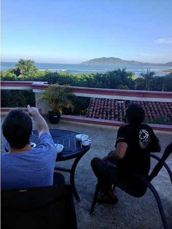 Best Western Tamarindo Vista Villas: Surf check with coffee from the pool deck