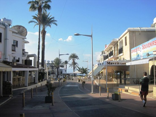 Dionysos Central Hotel : Street towards Paphos harbour & seafront