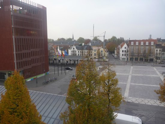 Hotel 't Zand: View of bus stops at 't Zand square
