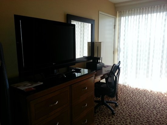 Anaheim Marriott: TV and seating area