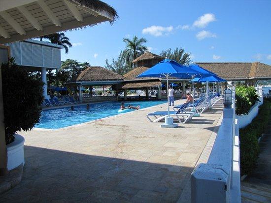 Sunscape Splash Montego Bay: Pool by buffet