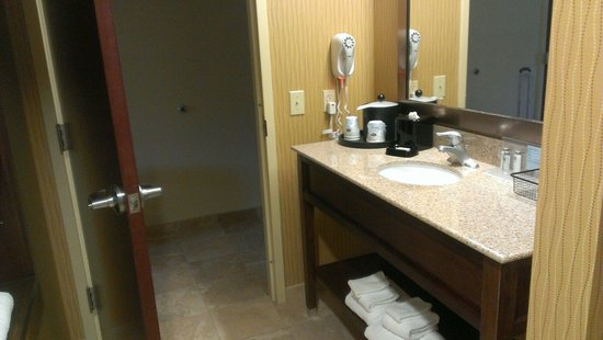 Hampton Inn & Suites Woodstock: Upgraded and clean bath