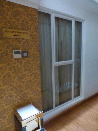 Silk Path Hotel: La ventana que da al pasillo. La foto está tomada al salir del ascensor