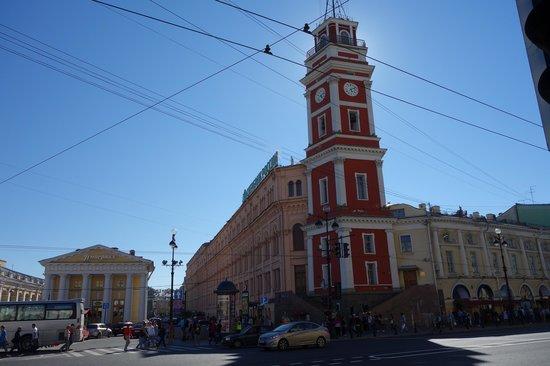 Avenida Nevski: der. Galería y Torre de la Duma, izq. pórtico de 6 columnas.