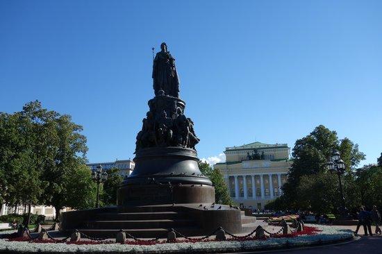 Avenida Nevski: Jardín y Estatua de Catalina II - teatro Alesandrinskyi