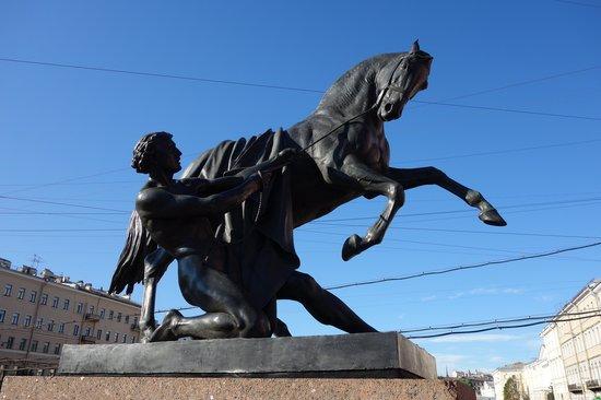 Avenida Nevski: Esculturas del Puente Anchnikov