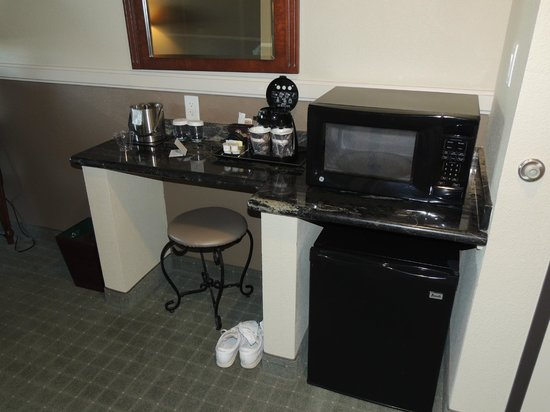 DoubleTree by Hilton Hotel Phoenix - Gilbert: Coffee nook with fridge and microwave