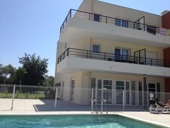 Comfort Suites Cannes Mandelieu : Огороженная территория с бассейном.