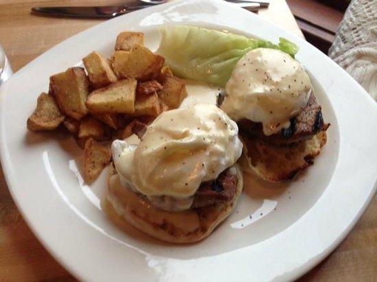 The Towne Plaza : Eggs-Benedict (Steak)