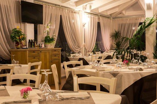 Cartoceto, Italie : La sala ristorante.