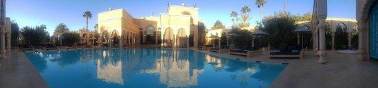 Palais Namaskar: Pool with loungers ready