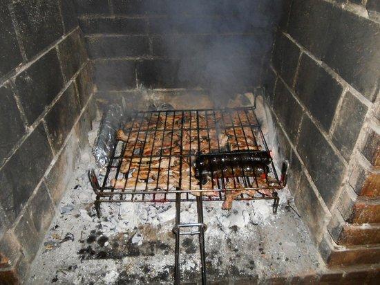 Casa Rural Lur Mendi: txoko parrillas de carne en Lur Mendi