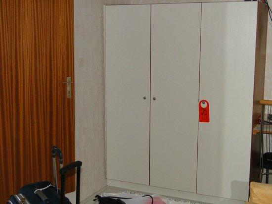 Hotel Helga: Bom armário