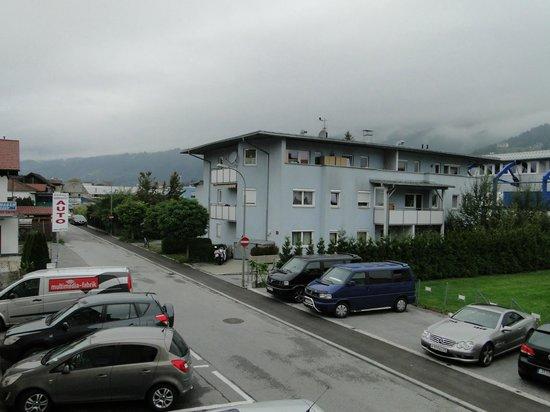 Hotel Helga: À esquerda veículos estacionados na frente do hotel