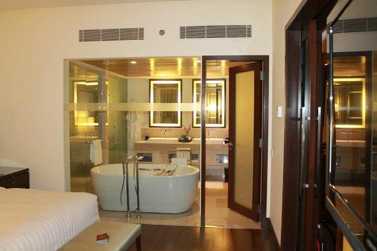 The Oberoi, Mumbai : Bedroom and Bathroom