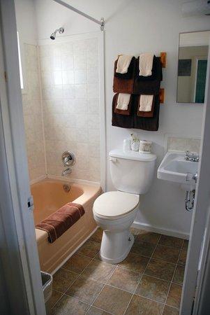 The Canterbury Inn: Family Suite Bathroom