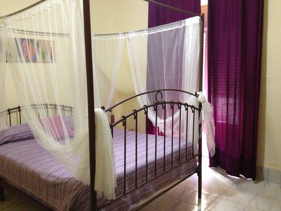 Las Palomas Hostal: Ett rum i lila, så fint