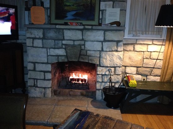 Lake Lucerne Resort: Fireplace in the Kingfisher