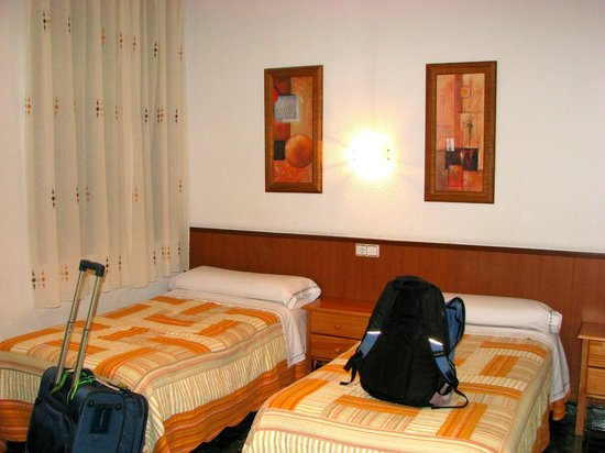 Hostal Bruna : bedroom with two twins inner room