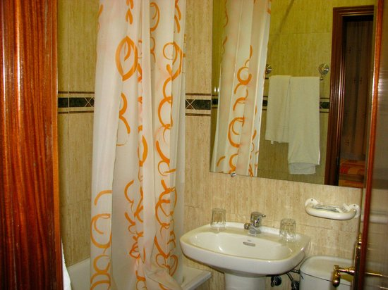 Hostal Bruna : bathroom with1/2 tub