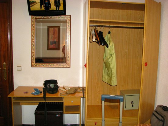 Hostal Bruna : view of free safe in closet