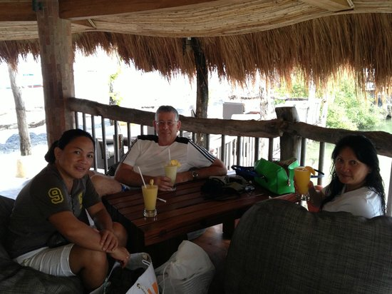 Bluewater Maribago Beach Resort: Outside bar by dive shop