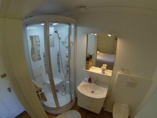 Villa Cape Adventures: Ensuite Bathrooms with Shower cubicle