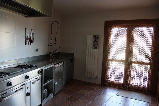 Casa Rural El Mesón: cocina de la casita