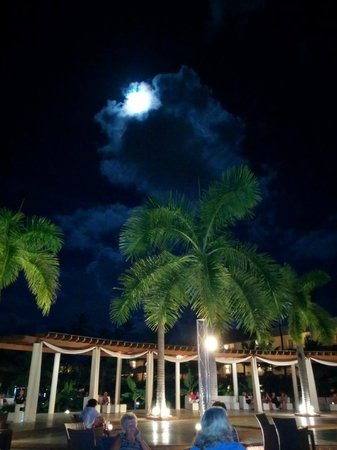Secrets Royal Beach Punta Cana : Moon over the plaza