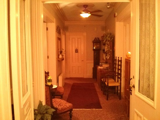 Beech Tree Inn- Brookline: Hallway first floor