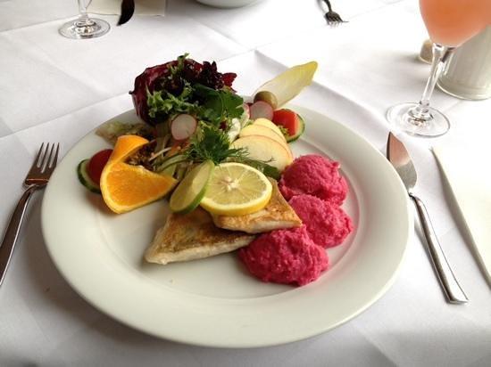 Cafe Strupait: Zanderfilet mit Rote Betepüree und kleinem Salat