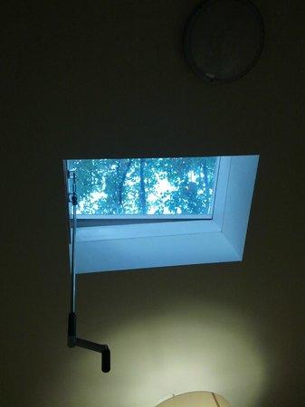 Hotel Brixen Prague : Окно в номере расположено очень оригинально - на потолке (и это-не мансарда)
