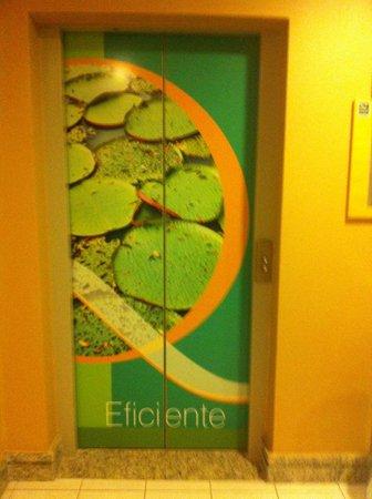 Quality Hotel Manaus: Elevador oitavo andar