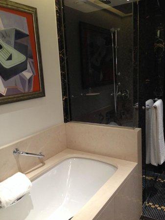 Prince de Galles Hotel: Bathroom