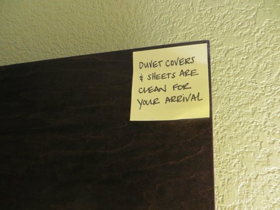 Hampton Inn and Suites Los Angeles - Anaheim - Garden Grove: not sure how I feel about this post it on the headboard
