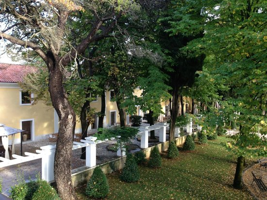 Falkensteiner Hotel Adriana: Hovedbygning og spiseområde ute