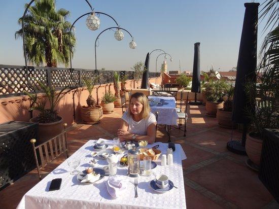 Riad l'Orangeraie: breakfast on the roof terrace