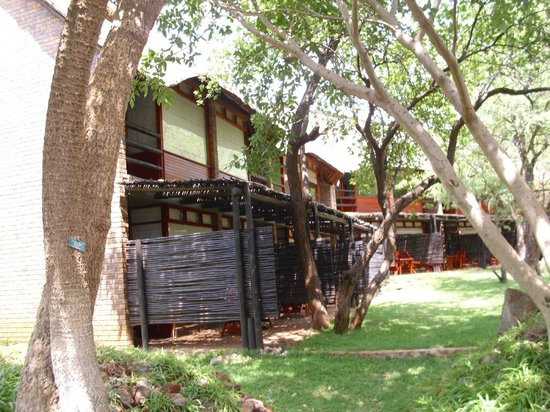 Bakubung Bush Lodge: View of rooms from the back