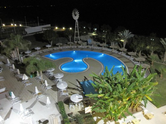 Pernera Beach Hotel: Pool At Night