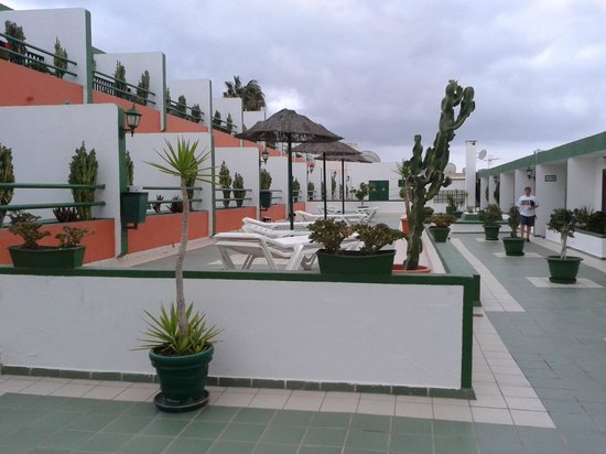 La Florida Apartments: Walkway to the 100's rooms on the right and the 200's rooms up higher on the left