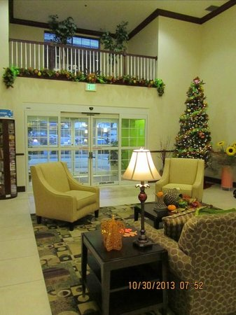 La Quinta Inn & Suites Lancaster: Lobby decked out for Halloween
