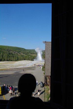 Old Faithful Inn: Our first geyser eruption