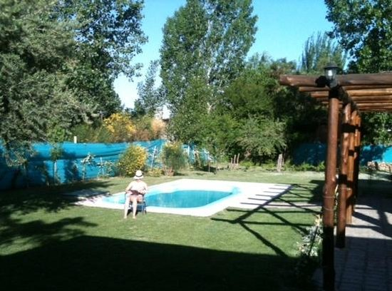 Posada El Encuentro: Quiet pool and lawn area
