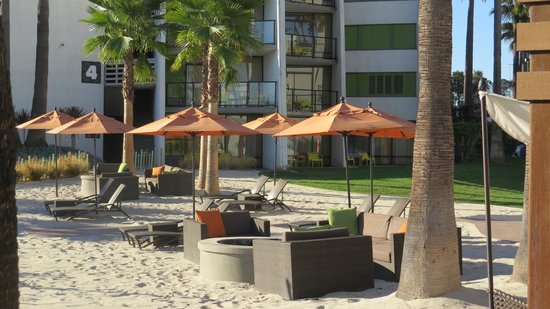 Hotel Maya - a DoubleTree by Hilton Hotel : Beach area and fire pits