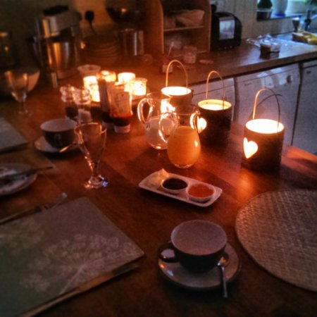 Crosby Bed and Breakfast: Cosy breakfast after power cut!