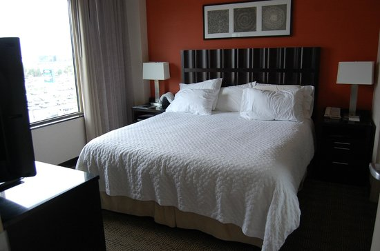 Embassy Suites by Hilton Ontario-Airport: Very comfortable bed
