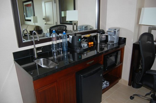 Embassy Suites by Hilton Ontario-Airport: Counter with small sink, fridge, microwave