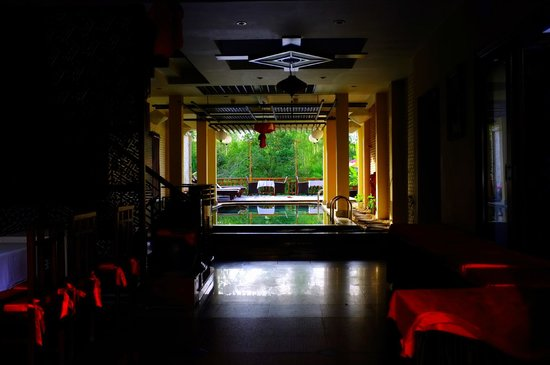 Thien Thanh Boutique Hotel: The pool and atrium