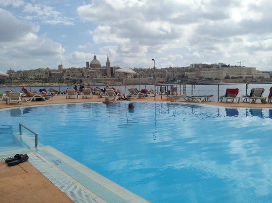 Fortina Spa Resort: Pool & view of Valetta