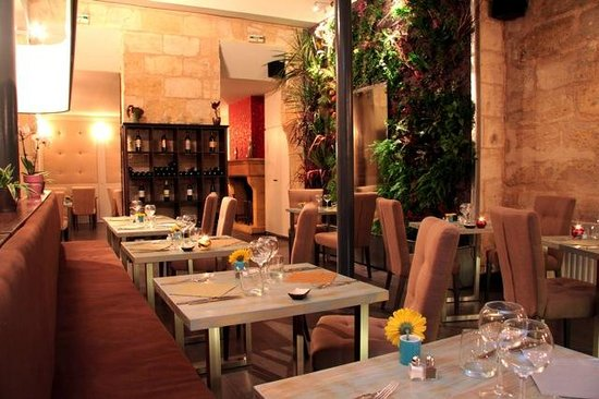 Restaurant Le M : Une vue d'ensemble du restaurant, au loin une cheminée qui se réveille l'hiver